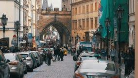 Folkmassa av folk som går på gatorna av Prague, Tjeckien långsam rörelse arkivfilmer