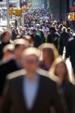 Folkmassa av folk som går på stadsgatan Arkivfoto
