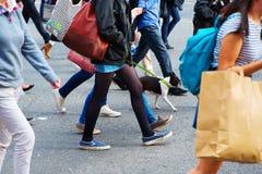 Folkmassa av folk som korsar en gata Royaltyfri Fotografi