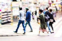 Folkmassa av folk som korsar en gata i Hong Kong Royaltyfri Fotografi