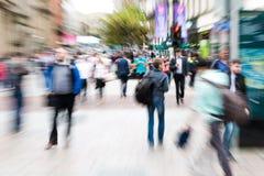 Folkmassa av folk som korsar en gata med zoomeffekt Royaltyfri Bild