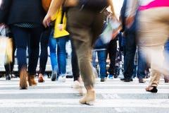 Folkmassa av folk som korsar en stadsgata Royaltyfri Fotografi