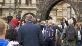 Folkmassa av folk som promenerar den stads- gatan av den gamla staden i Prague, Tjeckien långsam rörelse stock video