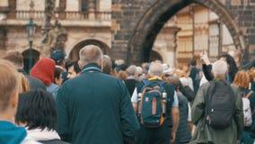 Folkmassa av folk som promenerar den stads- gatan av den gamla staden i Prague, Tjeckien långsam rörelse lager videofilmer