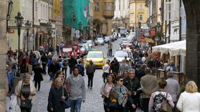 Folkmassa av folk som promenerar gatorna av den gamla staden i Prague, Tjeckien stock video
