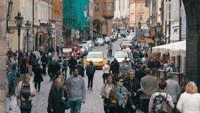 Folkmassa av folk som promenerar gatorna av den gamla staden i Prague, Tjeckien arkivfilmer