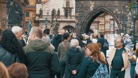 Folkmassa av folk som promenerar gatorna av den gamla staden i Prague, Tjeckien lager videofilmer