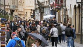 Folkmassa av folk som promenerar gatorna av den gamla staden i Prague, Tjeckien långsam rörelse lager videofilmer