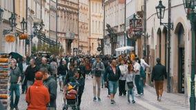 Folkmassa av folk som promenerar gatorna av den gamla staden i Prague, Tjeckien långsam rörelse arkivfilmer
