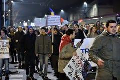 Folkmassa av folk som protesterar mot rumänska korrumperade politiker Arkivfoton