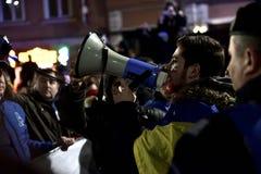 Folkmassa av folk som protesterar mot rumänska korrumperade politiker Royaltyfri Fotografi