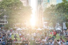 Folkmassa av folk som samlas i Bryant Park New York City Arkivbild