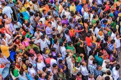 Folkmassa av folk som ser guden på en vagn Royaltyfri Fotografi
