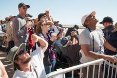 Folkmassa av folk som ser upp Royaltyfri Fotografi