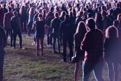 Folkmassa av folk som tycker om en elektronisk konsert på en festival Arkivfoto
