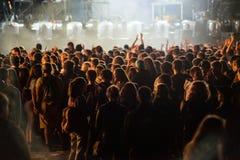 Folkmassa av folk som tycker om en elektronisk konsert på en festival Fotografering för Bildbyråer