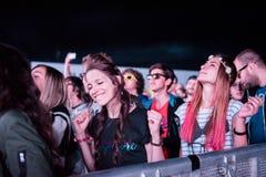 Folkmassa av folk som tycker om en elektronisk konsert på en festival Royaltyfria Bilder