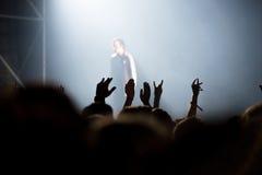 Folkmassa av folk som tycker om konsert för höftflygturrap Royaltyfria Bilder