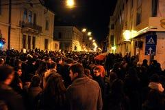 Folkmassa av folk under en gataprotest Arkivfoto