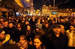 Folkmassa av folk under en gataprotest Arkivbild