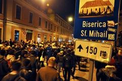 Folkmassa av folk under en gataprotest Arkivfoton