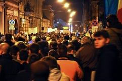 Folkmassa av folk under en gataprotest Royaltyfri Fotografi