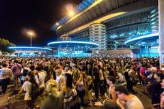 Folkmassa av folk utanför San Siro fotbollsarena i Milan, Italien Arkivbilder