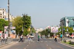 Folkmassa av folkgångarekorsningen gata Arkivbild