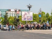 Folkmassa av folkgångarekorsningen gata Royaltyfri Foto