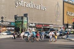 Folkmassa av folkgångarekorsningen gata Arkivfoton