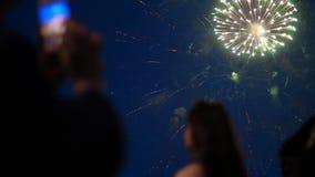 Folkmassa av folkkonturn som håller ögonen på färgrik fantastisk fyrverkerishow i mörkret stock video