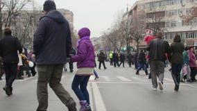 Folkmassa av folktimelapse under berömmar för nationell dag av Rumänien stock video