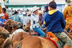 Folkmassa av hästryggåskådare på den Nadaam hästkapplöpningen royaltyfri foto