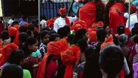 Folkmassa av Hindus framme av den stora förebilden på Ganesha Chaturthi i Mumbai/Bombay [September 2015] arkivfilmer
