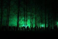 Folkmassa av hungriga levande död i träna Royaltyfria Bilder