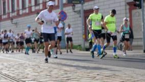 Folkmassa av idrottsman nen som kör på maratonsuddigheten lager videofilmer