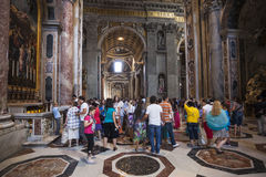Folkmassa av inomhus Sts Peter för turister Basilica, Rome, Italien Royaltyfria Bilder