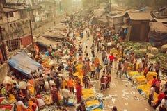 Folkmassa av köpande blommor för upptaget folk på den Mullik Ghat blommamarknaden på den indiska gatan Royaltyfri Fotografi