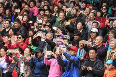 Folkmassa av kinesiskt folk in i den Xijiang Miao Nationality byn i Guizhou royaltyfria bilder