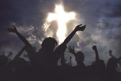 Folkmassa av kristet folk som tillsammans ber till guden Royaltyfria Bilder