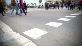 Folkmassa av lokaler och turister som korsar gatan, rusningstidtrafik, storstadliv arkivfilmer