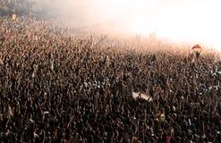 Folkmassa av partifolk som har gyckel Arkivfoton