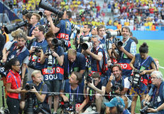 Folkmassa av sportfotografer för fotbollsmatchen Arkivfoto