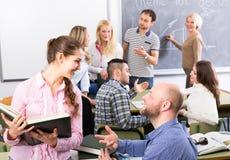 Folkmassa av studenter i ett klassrum Arkivbild