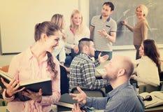 Folkmassa av studenter i ett klassrum Royaltyfria Bilder