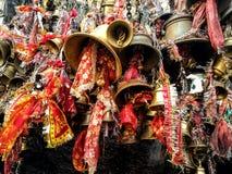 Folkmassa av tempelklockor i Indien Royaltyfria Bilder