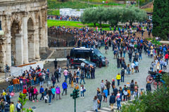 Folkmassa av toursits som väntar på ingången till världen berömda Colosseum i Rome Royaltyfri Fotografi
