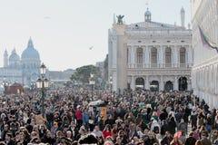 Folkmassa av turisten i St Mark Square under karnevalet av Venedig Fotografering för Bildbyråer
