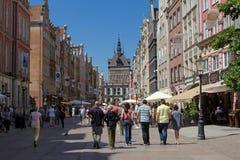 Folkmassa av turisten på den Dluga gatan i Gdansk, Polen Royaltyfri Bild