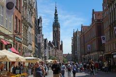 Folkmassa av turisten på den Dluga gatan i Gdansk, Polen Royaltyfri Foto